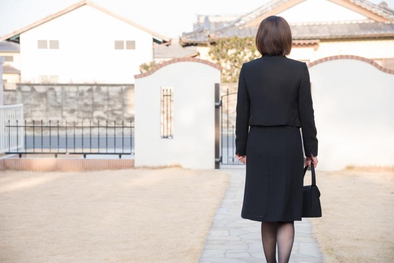 親戚の葬儀のために遠方から駆け付けた女性